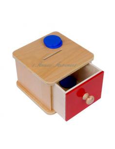 Boite en bois avec tiroir de couleur rouge et 5 jetons en bois de couleur bleue à encastrer.